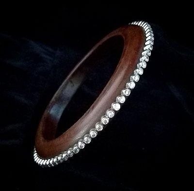 Bracelete em madeira com prata cravejada com zircônia