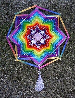 Mandala multicolorida com lã e fitas (30 cm)
