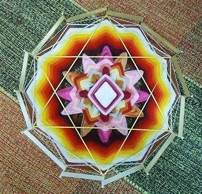 Mandala com fitas e lãs, com 30 cm e 12 pontas