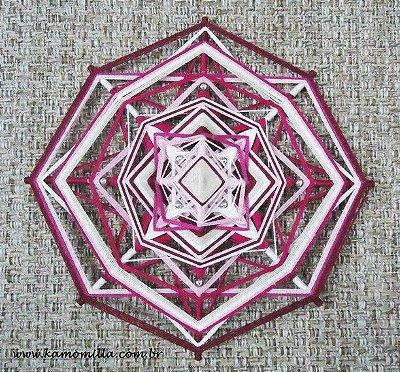 Mandala em linha fina rosa com contas prateadas