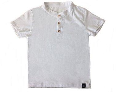 Camiseta lisa com botão