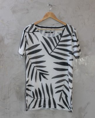 Camiseta Gola Canoa Branca Folhas