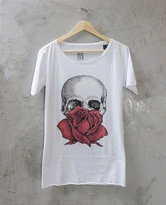 Camiseta Gola Canoa Branca Caveira Flor