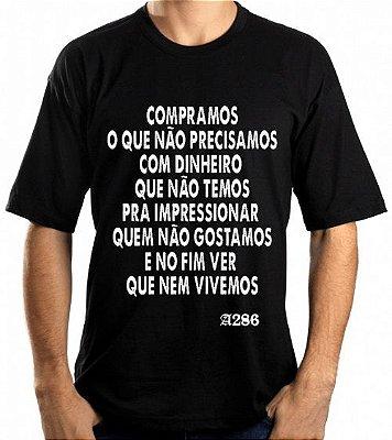 Camiseta, frase: Compramos o que não precisamos...