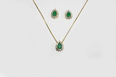 Conjunto de brinco e corrente folheado a ouro 18K com  zircônias na cor verde esmeralda e cravejado com mini zircônias na cor cristal  - Moda executiva e evangélica - Amoii