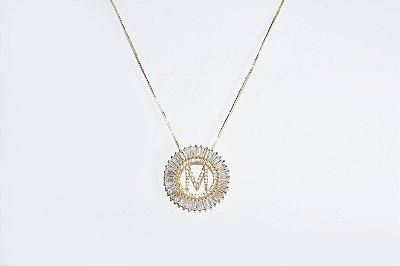 Colar com mandala redonda com a letra M, cravejada de zircônias - Moda executiva e evangélica - Amoii