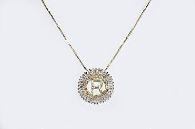 Colar com mandala redonda com a letra R, cravejada de zircônias - Moda executiva e evangélica - Amoii