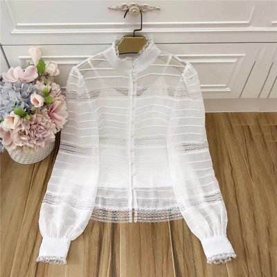 Camisa branca canelada manga bufante gola alta