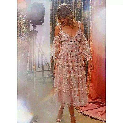 Vestido midi off shoulder rosê bordado floral