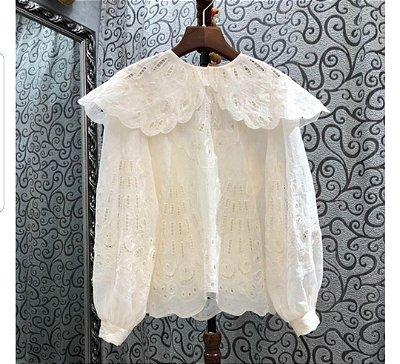 Camisa algodão rendada maxi gola