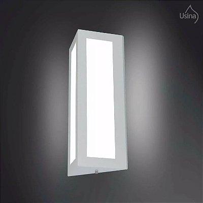 Arandela Externa Triangular Fechada Luz Frontal Alumínio Vidro 40x18 Manaca Usina Design E-27 5082/2 Muros e Jardins