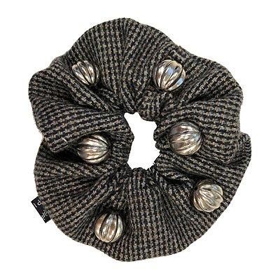 Elástico - Scrunchie de  Tweed com Bolinhas Prateadas