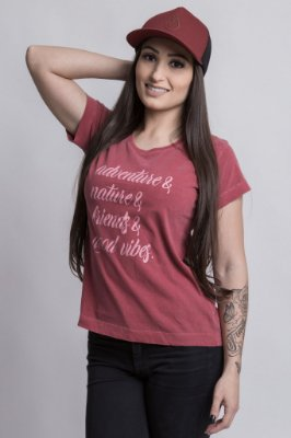 Camiseta Feminina Adventure e Good Vibes bordô