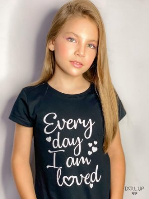 "Camiseta ""Every day I am loved "" manga curta menina"