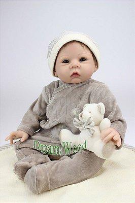 Bebê Reborn John 55cm com Macacão e Touca + Ursinho
