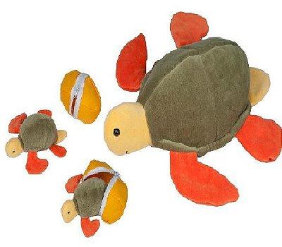 Tartaruga marina com 2 filhotes