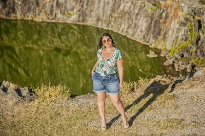 Short jeans com barra virada plus size
