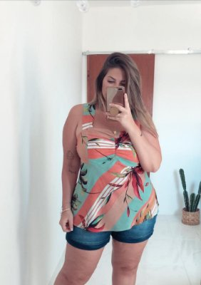 Blusa estampada em folhagem plus size