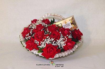 Cesta Coração com 12 rosas com Ferrero Rocher
