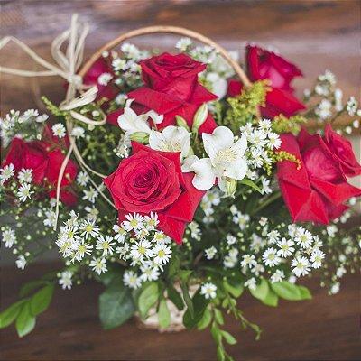 Cestinha com 6 rosas colombianas