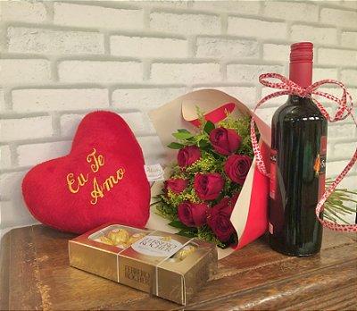 Combo G : Buquê com 12 rosas nacionais + bombom ferreiro + pelúcia coração + vinho nacional