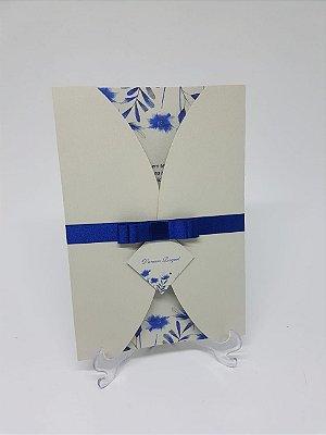 Convite de casamento azul moderno com flores