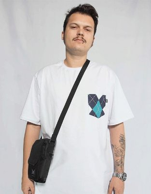 Camiseta com Bolso Retrô - Branco