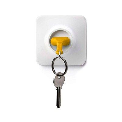 Chaveiro com Porta Chaves Tomada - amarelo