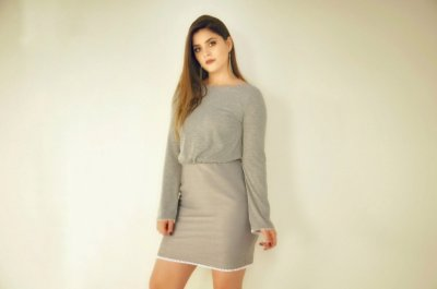 Vestido acinturado cinza
