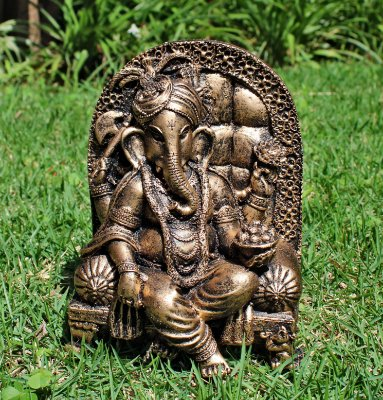 Ganesha Poltrona - Assista o ritual para prosperidade na seta verde embaixo da imagem do Ganesha