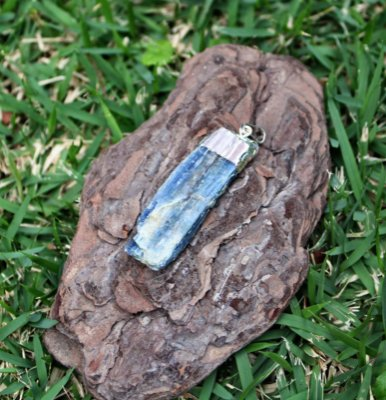 Pingente de Cianita Azul com Eletroplate ou Espada de Arcanjo Miguel 5 cm