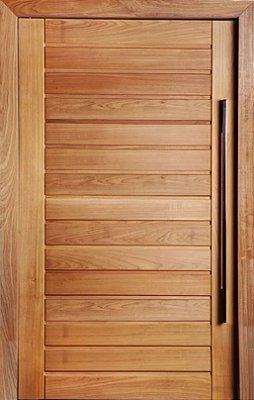 Porta de Abrir Pivotante Envernizada AD01 em Madeira Tauari com Puxador Fechadura Batente de 14 Cm - Mapaf