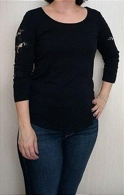 Blusa preta de viscose com renda na manga