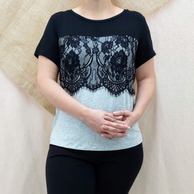 T-shirt cinza e preta com renda