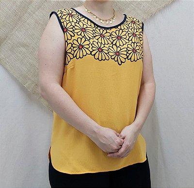 Blusa amarela com flores