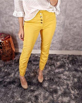 Calça skinny amarela com botões