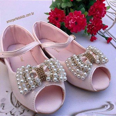 Sandália infantil verniz peep toe laço de pérolas rosa claro