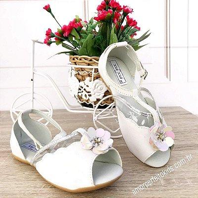 Sandália infantil branca peep toe com flor