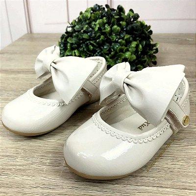 Sapato infantil boneca Xuá Xuá com laço removível verniz off white