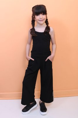 Calça infantil Petit Cherie pantacourt com faixa lateral preta