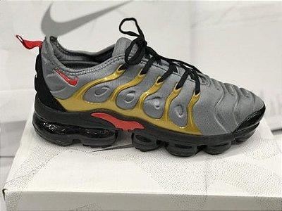 Tênis Nike Vapormax Plus Cinza e Dourado