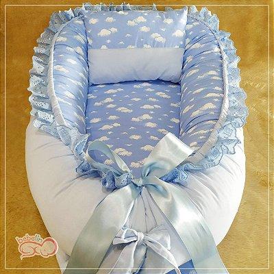 Ninho Azul com Estampa de Nuvens Brancas