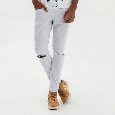 Calça masculina de sarja modelagem slim com rasgo no joelho - Branco