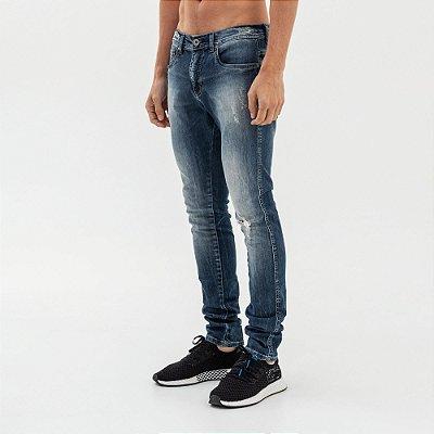 Calça jeans masculina desgastes e puídos modelagem slim - Denim
