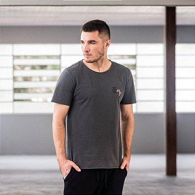 Camiseta masculina manga curta e gola redonda estampa leão e Mondrian - Preto