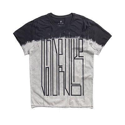 Camiseta masculina estampa lettering e técnica de imersão - Preto