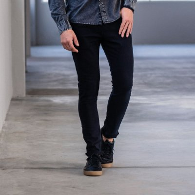 Calça masculina de sarja com elástico e cordão modelagem slim - Preto