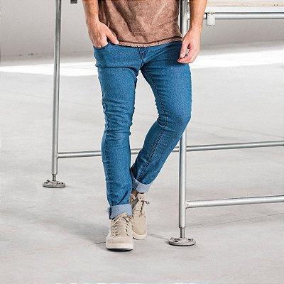 Calça jeans masculina básica clara com bolsos modelagem slim - Denim