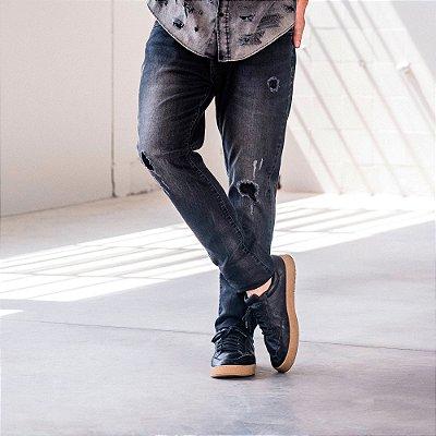Calça jeans masculina lavação escura com puídos - Denim