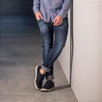 Calça jeans masculina slim lavação escura com puídos - Denim